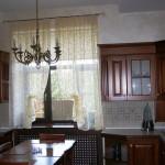 Идея дизайна штор для кухни 13