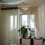 Идея дизайна штор для кухни 43