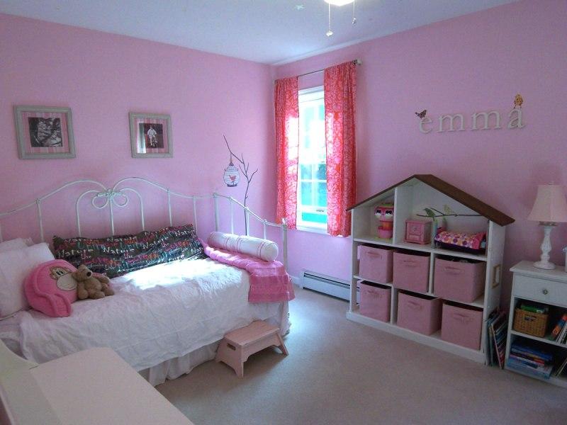 Дизайн-детской-для-девочки-в-розовых-тонах-с-шкафом-домиком
