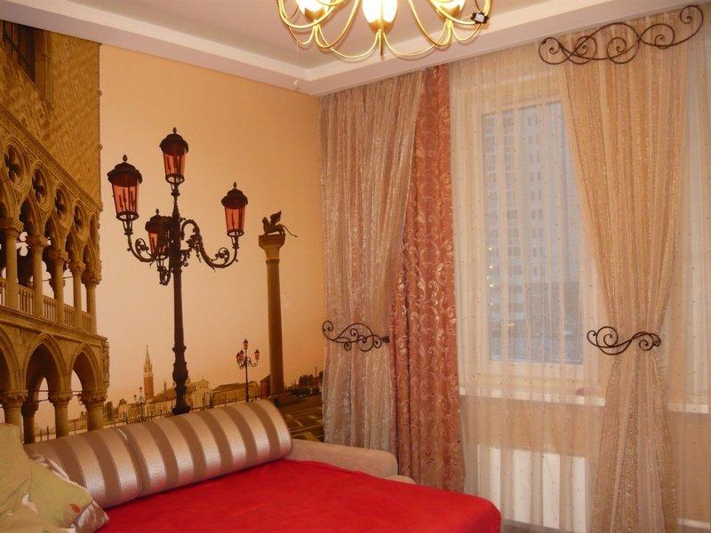 Дизайн комнаты в бежевых и красных тонах