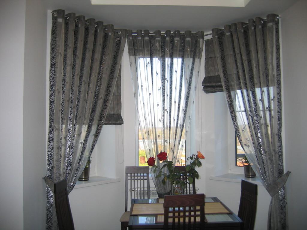 Дизайн столовой зоны в эркере со шторами в стиле хай-тек