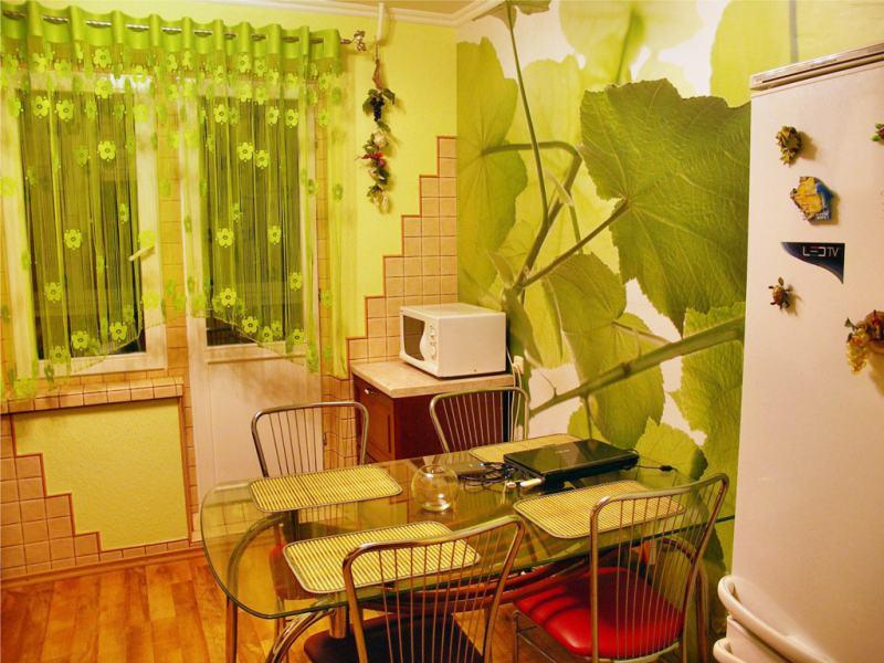 Шторы-арка-в-интерьере-кухни-с-зелеными-стенами (1)