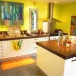 Дизайн кухни с желтыми стенами и белыми фасадами