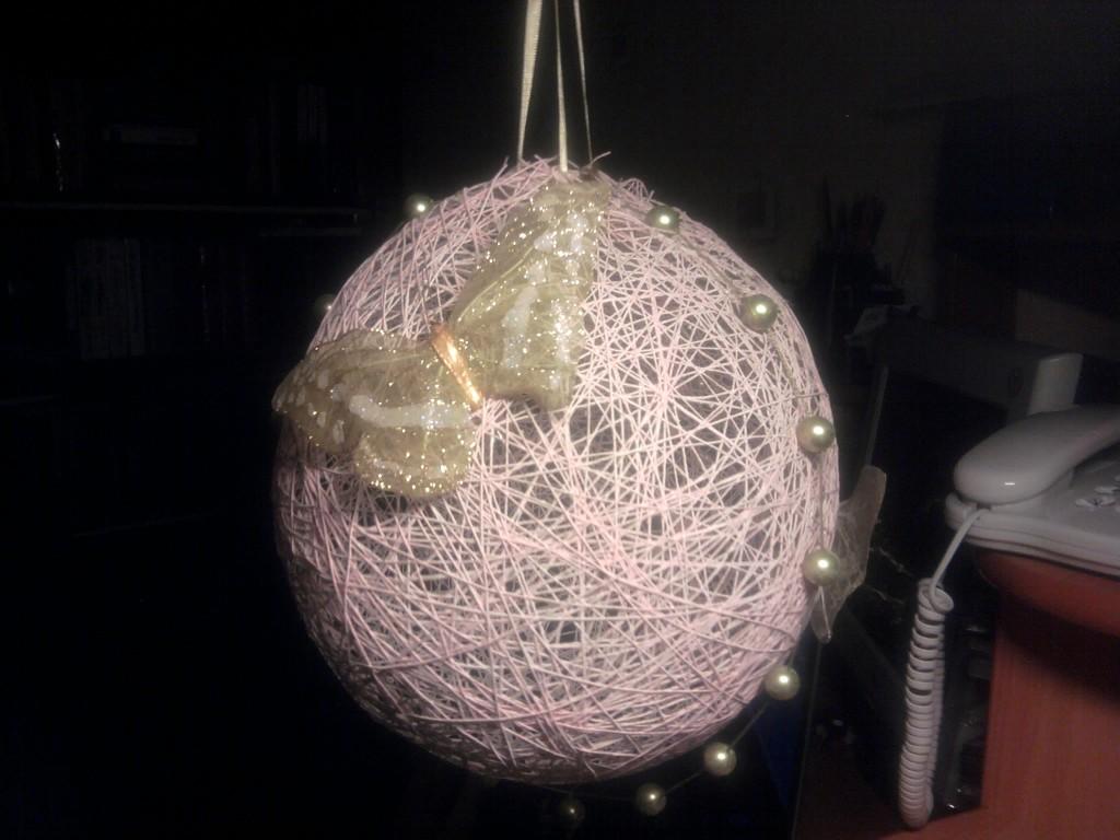 Люстра из ниток своими руками на основе шара фото 542