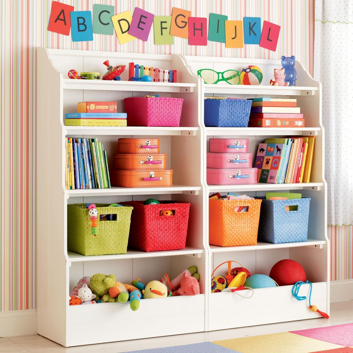 Навесные полочки на стенах в детской комнате
