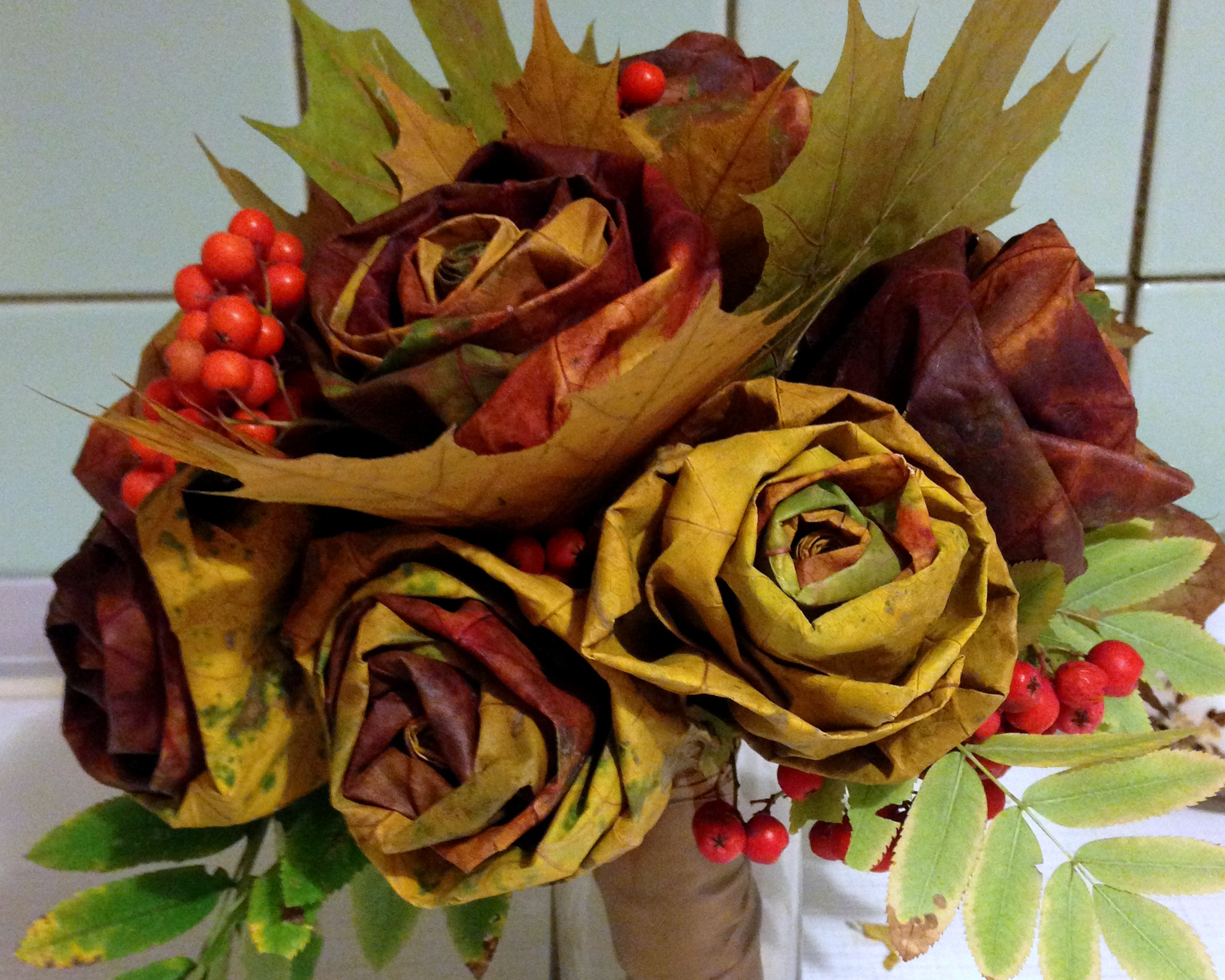 Розы и целые букеты из листьев