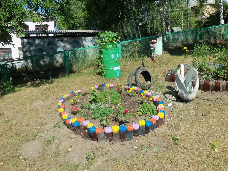 цветники в саду из пластиковых бутылок 2