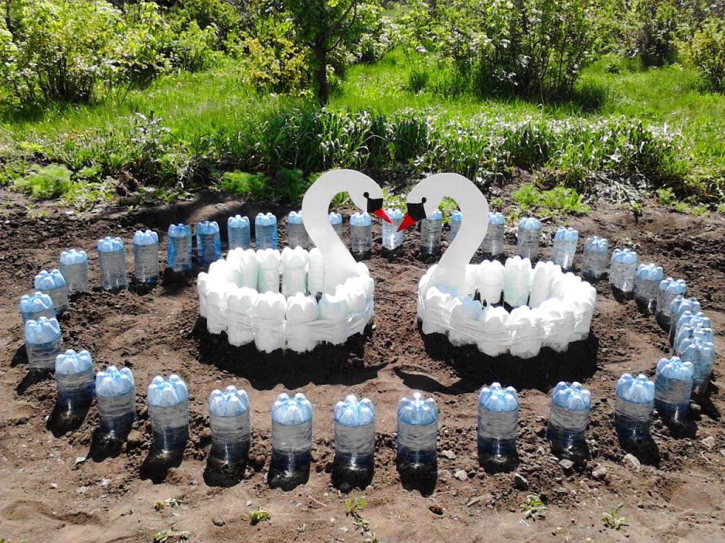 цветники в саду из пластиковых бутылок