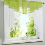 Дизайн окна с короткими шторами из тюля