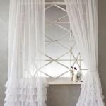 Дизайн окна с легкой шторой из белого тюля