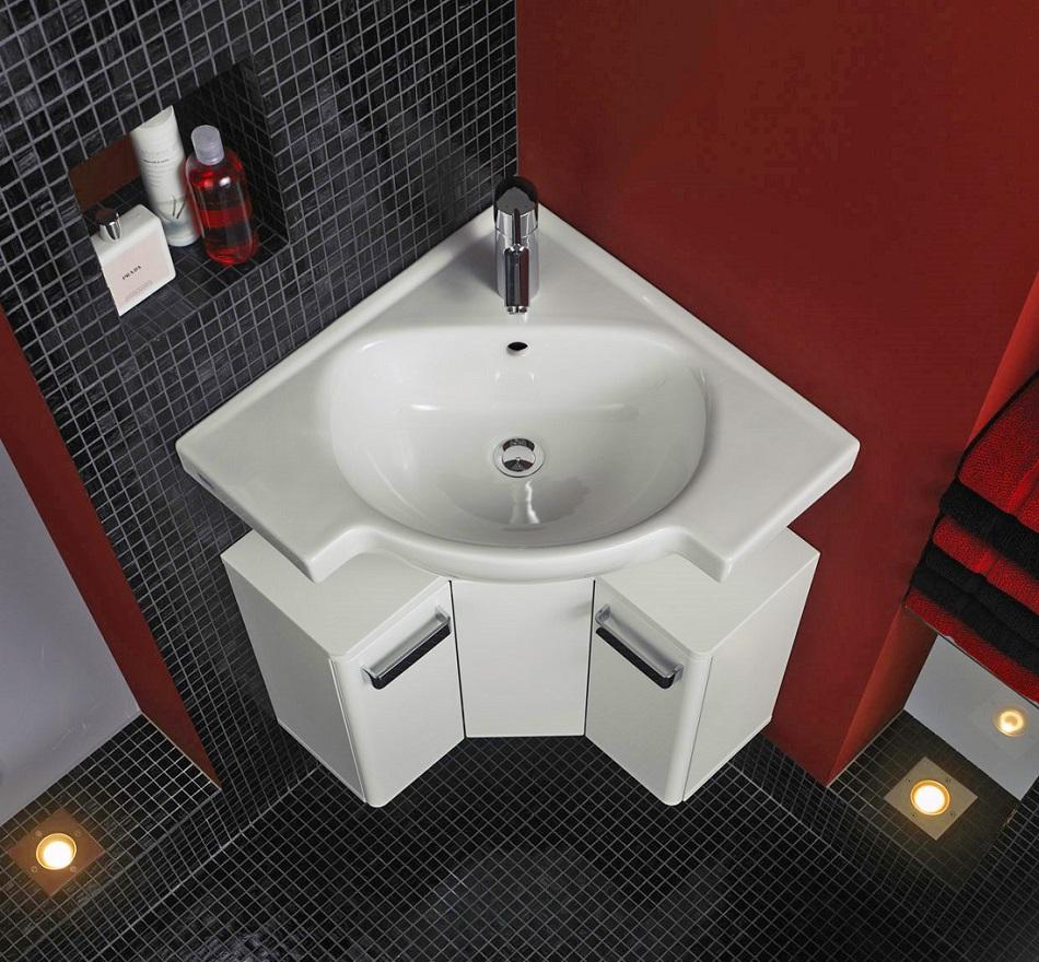 Угловая раковина в маленькую ванну/