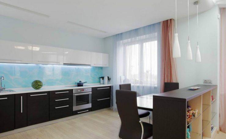 Дизайн кухни в стиле минимализм с легкими шторами