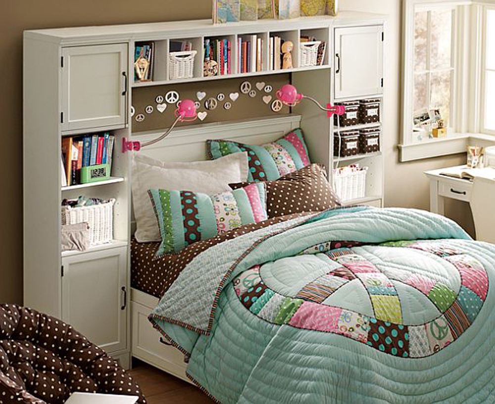 Кровать с лоскутным одеялом в детской комнате для девочки