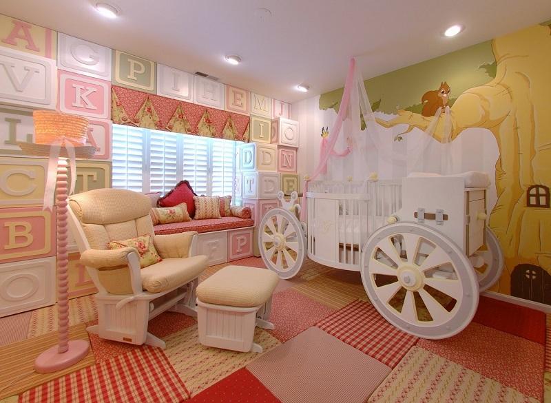 Кровать в виде сказочной кареты в комнате для девочки