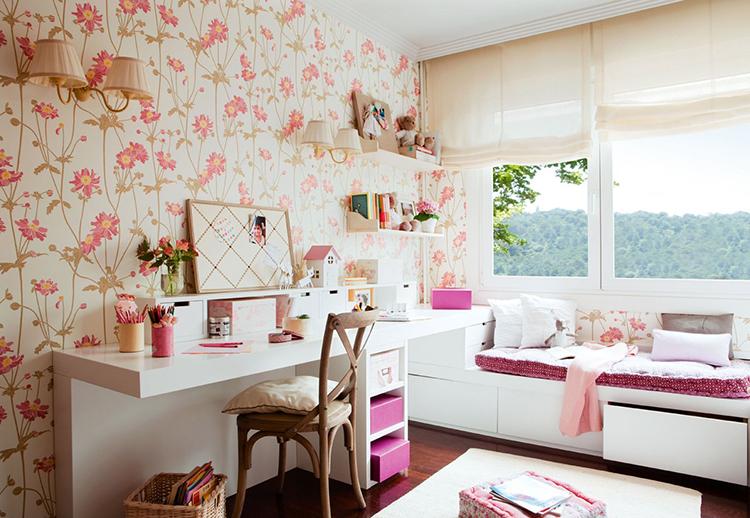 Просторная детская комнаты для девочки в светлых тонах