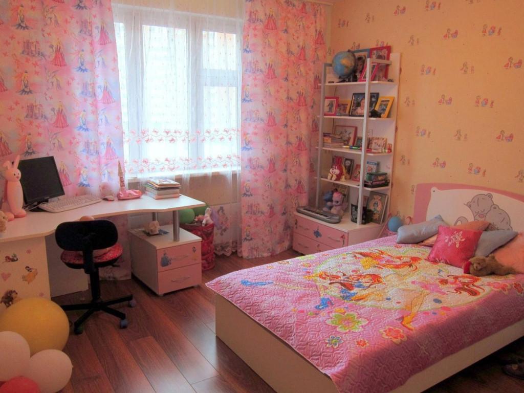 Небольшая детская комната с компьютерным столом, кроватью и полками