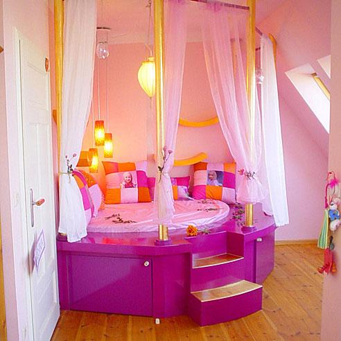 Место для сна на возвышении в детской комнате