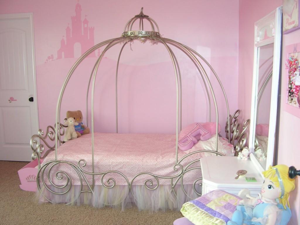 Кровать в виде кареты в комнате для девочки