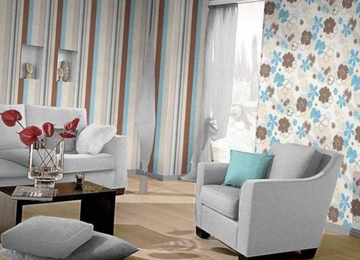 Дизайн гостиной с комбинированными обоями светлых и синих тонов