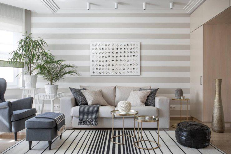 Светлые обои с широкими полосами в интерьере светлой гостиной