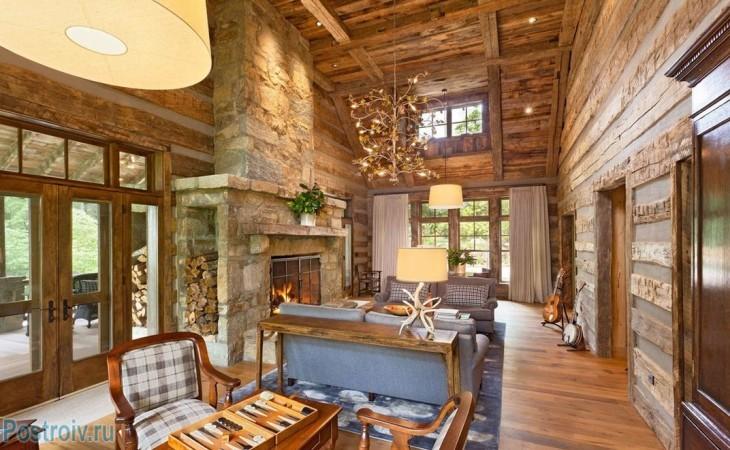 Пример точечного освещения в гостиной в деревянном доме