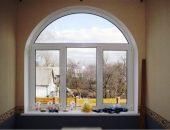 Полукруглое окно с белыми рамами