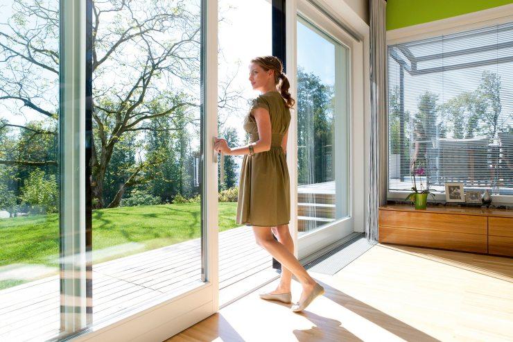 Большие раздвижные двери в доме