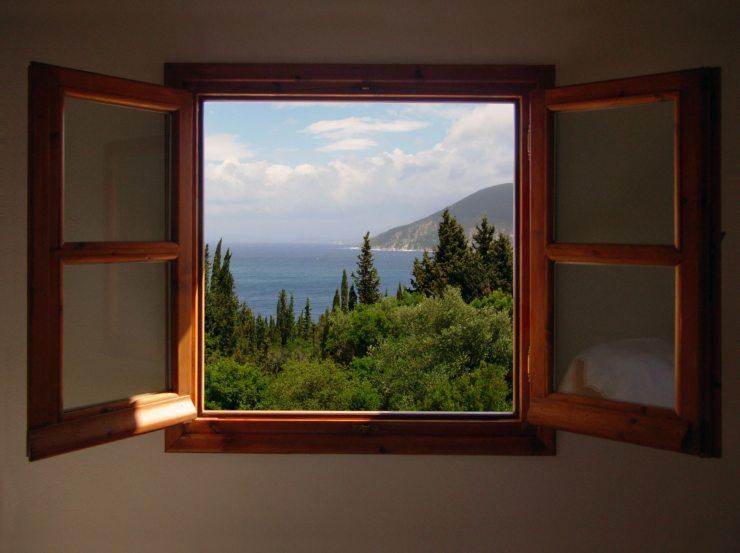 Открытое деревянное окно в доме