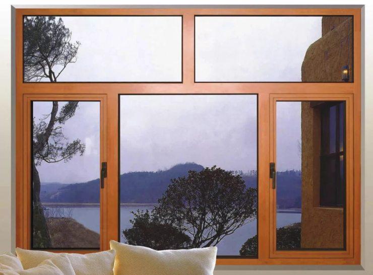 Большое окно в доме у озера