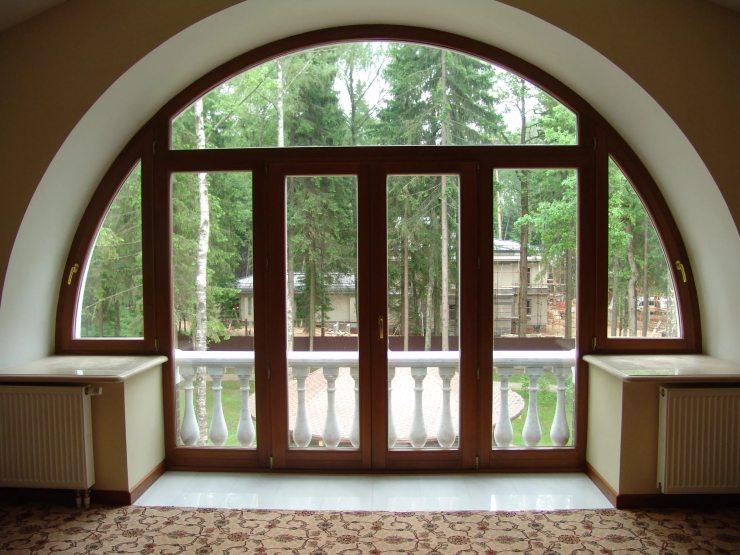 Широкое полукруглое окно
