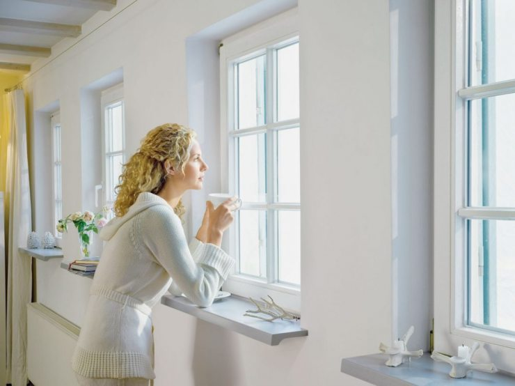 Женщина с чашкой чая у окна