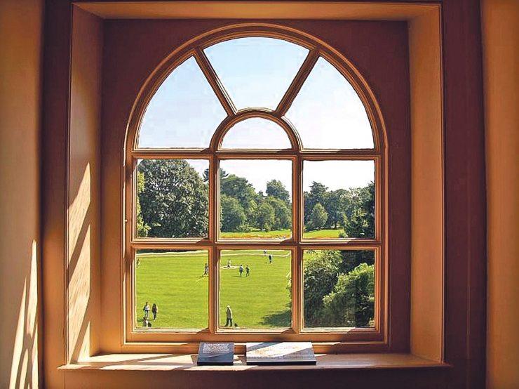 Большое окно с аркой в доме