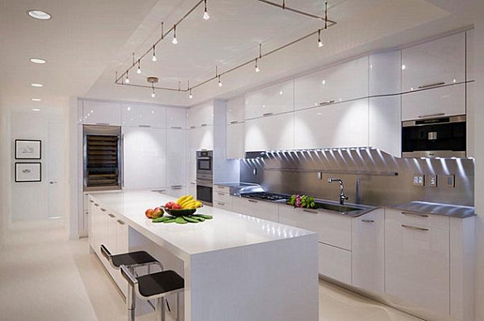Точечное освещение над рабочей зоной на кухне