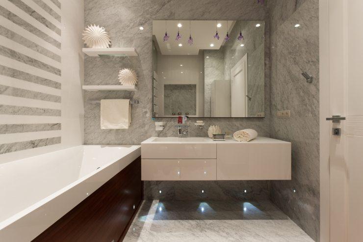 Мягкое точечное освещение в ванной