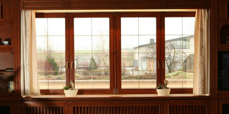 Большое окно в доме