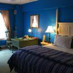 Классическая синяя спальня-кабинет
