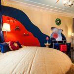 Интерьер спальни в сочетании синего с красным