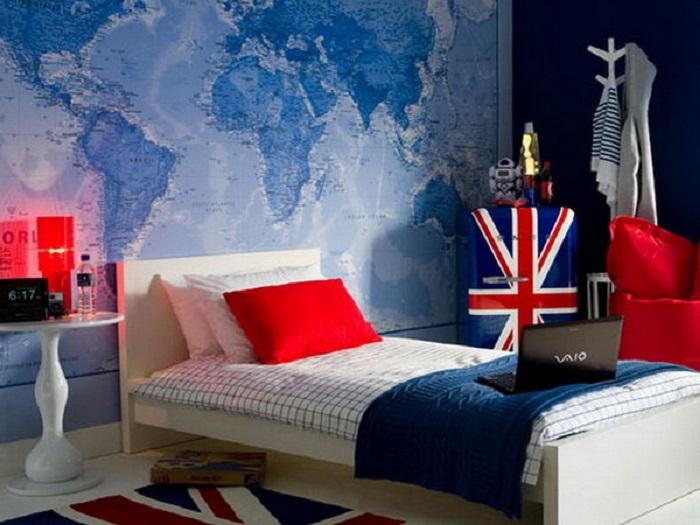 Синяя спальня с красными вставками