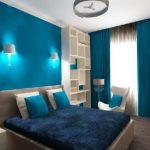Минималистический интерьер синей спальни в оттенках синего