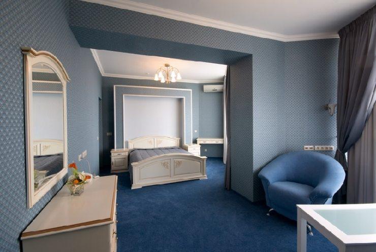 Мебель в синей классической спальне