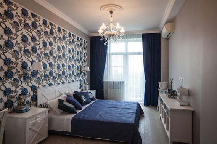 Отделка в классической синей спальне