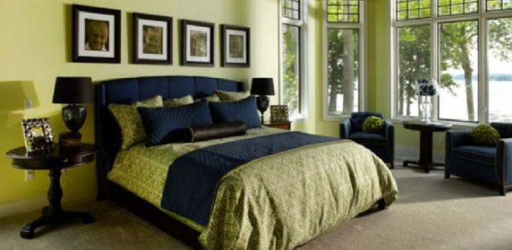 Фисташковая спальня с синей отделкой