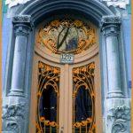 Винтажная дверь с металлическим цветочным орнаментом в стиле ар-деко