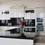Белая кухня в стиле ар-деко