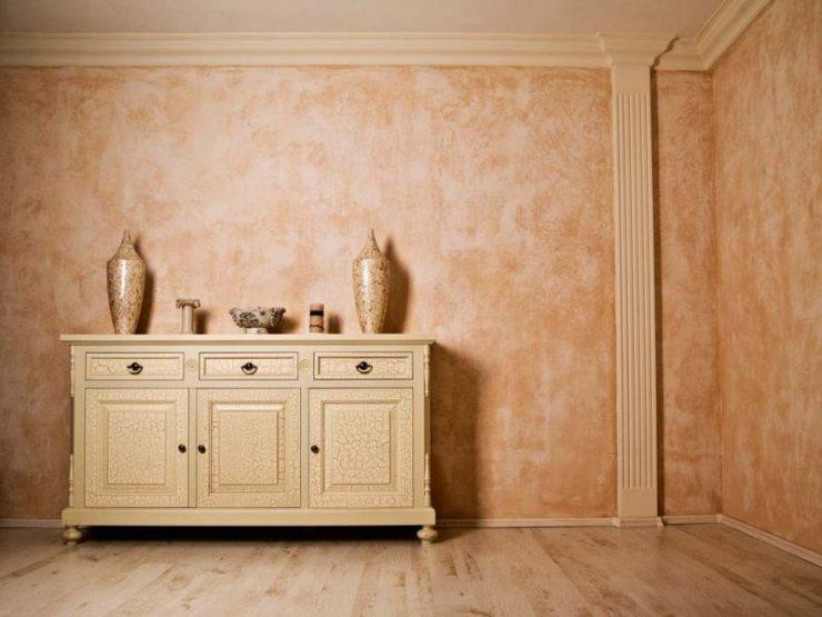 Два покрытия в стиле ар-деко: штукатурка и лак на мебели