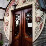 Дверь и часть фасада в стиле ар-деко