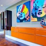 Яркая мебель и постеры в гостиной