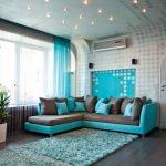 Серо-бирюзовый диван в гостиной