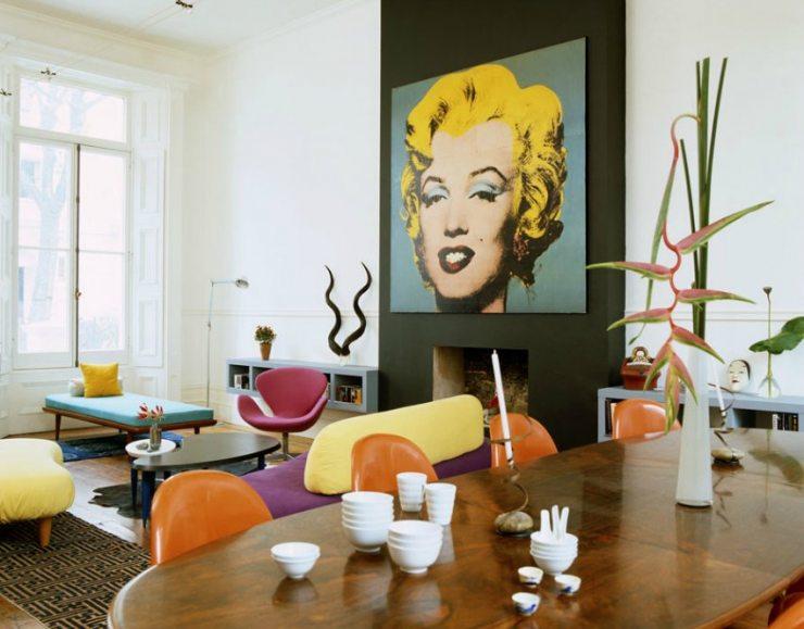 Интерьер гостиной с большой картиной