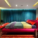 Яркое оформление большой спальни